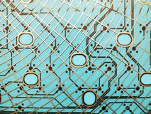 Obwód deska robić klingeryt z obwodów śladami na błękitnym tle Pojęcie technologia, oblicza, elektronika zdjęcia royalty free
