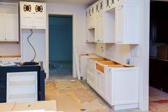 Obyczajowi kuchenni gabinety w różnorodnych scenach instalaci baza dla wyspy w centrum obraz royalty free