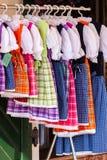 Obywatel projektował kostiumy dla kobiety wystawiającej w zakupy centrum handlowego sto obrazy royalty free