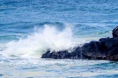 Océan éclaboussant au-dessus des roches Photographie stock libre de droits