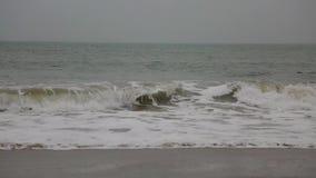 Océan agité Le battement de vagues contre les roches banque de vidéos