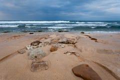 Océan avec les cratères ronds sur le rivage Images stock