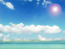 océan blanc de nuage et d'aqua de ciel bleu de soleil Photographie stock libre de droits