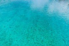 Océan bleu à la plage tropicale L'eau tropicale image libre de droits