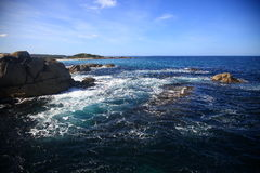 Océan bleu avec des roches Images libres de droits