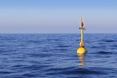 Océan bleu de flottement de mer de radiophare jaune photographie stock libre de droits