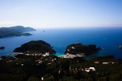 Océan bleu de vue aérienne d'île derrière Bel horizontal grec Endroits naturels de Corfou Grèce Montagne à côté d'eau de mer magn photos libres de droits