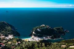 Océan bleu de vue aérienne d'île derrière Bel horizontal grec Endroits naturels de Corfou Grèce Montagne à côté de l'eau de mer m photos libres de droits