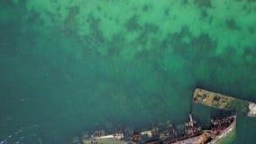 Océan bleu et bateau rouillé banque de vidéos