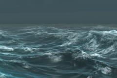Océan bleu rugueux sous le ciel foncé Photographie stock libre de droits