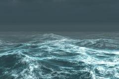 Océan bleu rugueux sous le ciel foncé Photographie stock