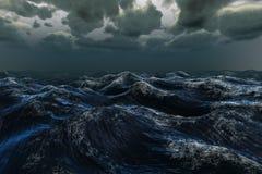 Océan bleu rugueux sous le ciel foncé Image libre de droits