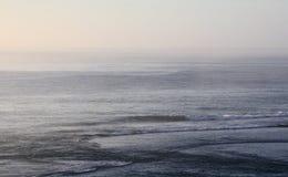 Océan brumeux le matin photo stock