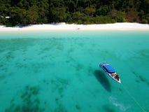 Océan clair comme de l'eau de roche avec le bateau Photographie stock