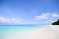 Océan clair comme de l'eau de roche et ciel bleu Image stock