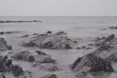 Océan débordant au-dessus des roches images stock