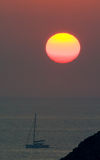 océan de bateau au-dessus de lever de soleil Photo stock