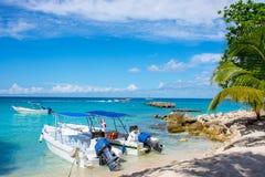 Océan de bateaux en clair sur un fond des palmiers et des beaux nuages Photographie stock