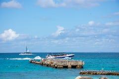 Océan de bateaux en clair sur un fond des palmiers et des beaux nuages Image stock