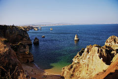 Océan de falaises de côté de mer du Portugal Algarve Image libre de droits