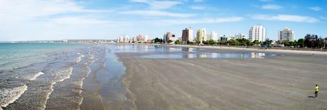 Océan de marée basse dans la plage de ville images libres de droits