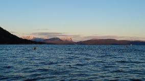 Océan de montagnes de lever de soleil photographie stock