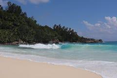 Océan de sable d'île des Seychelles photographie stock