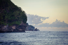 Océan de soirée avec de l'eau le rivage rocheux et renfrogné Photo stock