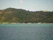Océan de turquoise et une vue sur une île verte tropicale dans Bali photo libre de droits
