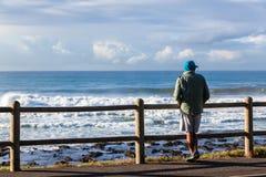 Océan debout de plage d'homme Photo libre de droits