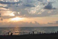 Océan du soleil de coucher du soleil paysage marin tranquille d'été le soleil lumineux d'été se reflétant dans les vagues Images libres de droits