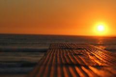 océan en bois de coucher du soleil du front de mer photo stock
