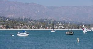 Océan en Santa Barbara California avec des bateaux banque de vidéos