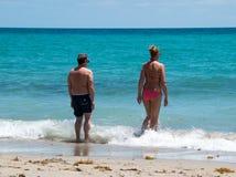 Océan entrant d'homme et de femme en Floride Photos libres de droits