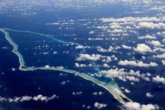Océan et île corallienne photo stock