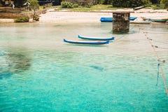 Océan et bateaux bleus tropicaux en Indonésie Photos stock