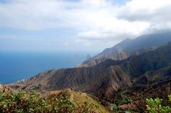 Océan et montagnes à l'océan Photo stock