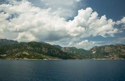 Océan et montagnes Photographie stock libre de droits