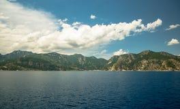 Océan et montagnes Images stock