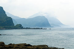 Océan et montagnes floues Images stock