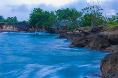 Océan et paysage côtier de paysage pointu de roches photos libres de droits