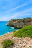 Océan et phare bleus sur la falaise Photo stock