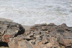 Océan et roche blancs de lavage Photo stock