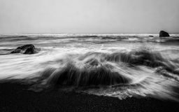 Océan fâché en noir et blanc Image libre de droits
