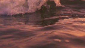 Océan lent de motin pendant la nuit La belle heure d'été, mer, ressacs arrosent la surface naturelle, les flotteurs, éviers de clips vidéos