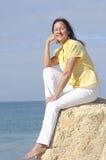Océan mûr relaxed heureux de femme Image libre de droits