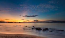 Océan Nha Trang Vietnam de ciel bleu de lever de soleil Photo stock