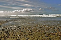 Océan, nuages, roches, et marée Photo libre de droits