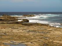Océan ouvert et ondes de plate-forme de marée de roche Photos stock
