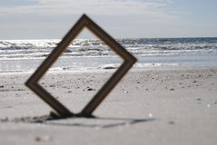 Océan regardant par un cadre de tableau Photo libre de droits